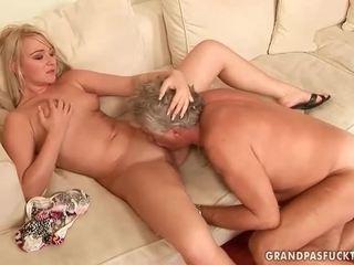 Stary guy fucks gorące młody blondynka