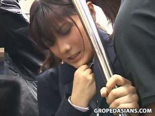 תלמידת בית ספר מגוששת על ידי stranger ב a אוטובוס