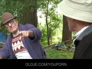 Viejo farts pleasing cachonda chavala en la woods