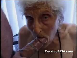 Senile wrinkled סבתא gives מציצות ו - הוא מזוין על ידי deviant פריק