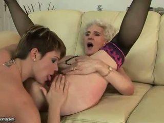 Babi enjoys lezbijke seks s mlada punca