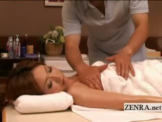 Zgoraj brez tan naoljene up japonsko milf has erotično masaža