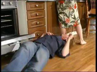 Rusa mamá y un joven plumber