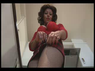 גדול ציצים בוגר ב חצאית מיני ו - crotchless גרביונים gets רטוב