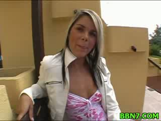 Neat момиче spreads крака към получавам влагалище прецака