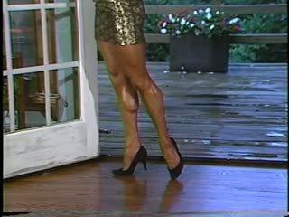 Joanne mccartney shows na ju úžasné nohy v krátky sukňa