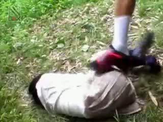 Fragile asiatiskapojke skol getting brutally körd utomhus