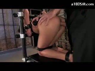 Vajzë tied në karrige në doggy mouthgag getting të saj gojë fucked whipped pidh fucked në the bodrum