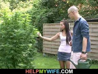 Trẻ newlywed vợ fucks stud infront của hubby