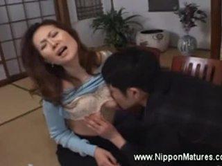 Azjatyckie mamuśka demands chłopak do lizanie jej cipka