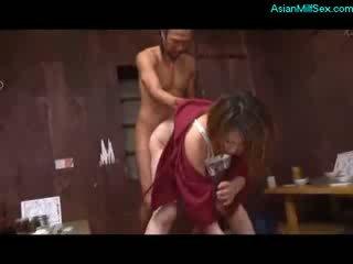 Matang wanita dalam kimono menghisap zakar/batang fucked oleh 2 guys pada yang lantai