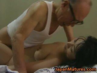 Nxehtë aziatike vogëlushe has moshë e pjekur seks