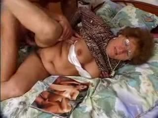 Włochate babcia catches grandson jacking