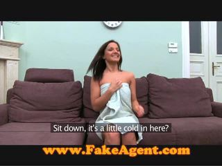 捷克语 褐发女郎 comes 到 该 fake agent 为 工作