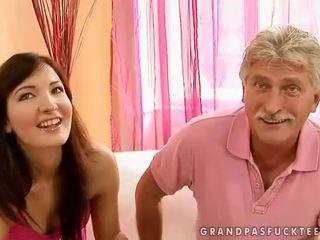 Gjyshi dhe adoleshent beauty enjoying nxehtë seks