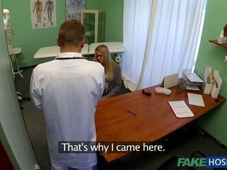 Docteur banged jeune patient.