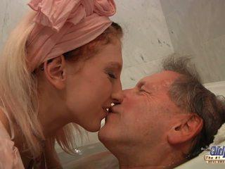 Násťročné blondýna housekeeper fucks s elder človek po kúpanie.