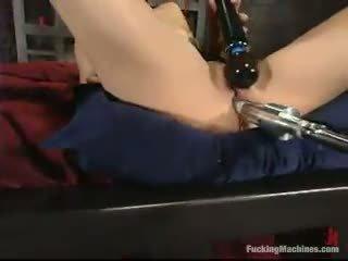 Sarah blake has got laid द्वारा एक mighty screwing device में एक cellar