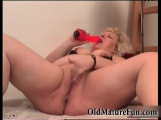 Si rambut perang lebih tua wanita bermain dengan gemuk faraj video