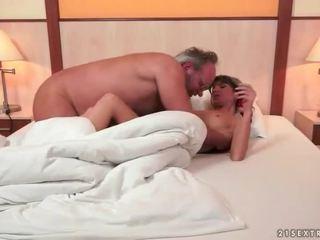 Nonno e graziosa giovanissima making amore