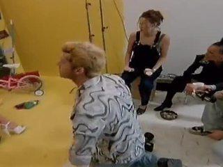 Two niegrzeczne lesbijskie modele jeść każdy inny na zewnątrz na camera