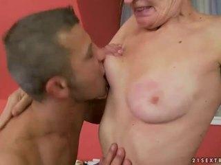 Karštas senelė gets jos plaukuotas putė pakliuvom