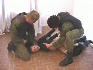 Two στρατός men brutalize terrorist βίντεο