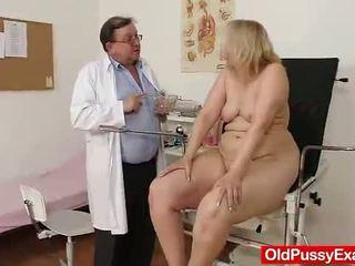 I vjetër bjonde vajzë has të saj hoo hoo bumped nga një doktori