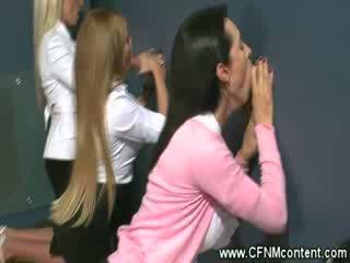 Damen erhalten penetrated durch ein glory hole
