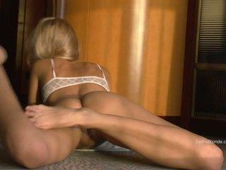 Sasha blondýnka šíření ji stehýnka