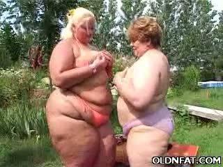 Debeli zreli lezbijke having seks outdoors