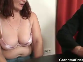 她 loses 在 撲克 和 takes two dicks 在 一旦