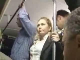 Seksi si rambut perang gadis didera di bas