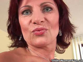 Abuelita con duro pezones y peluda coño masturbates
