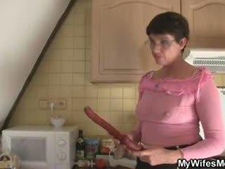 Възбуден майка в право seduces му