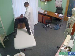 Лікар examinates її манда з a хуй.