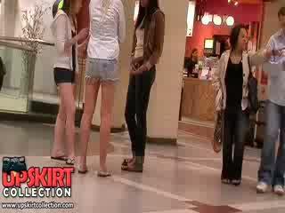 华丽 长 legged 女孩 在 短裤 让 该 excited crowd 佩服 他们的 漂亮 热 bodies