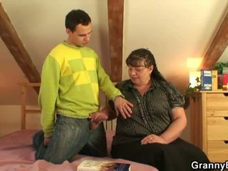 Mummi bet: iso povekas mummi naida nuori pojat.