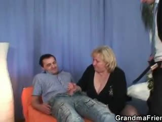 Blondi mummi gets slammed mukaan two dicks