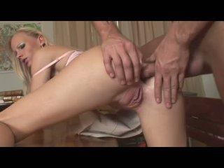 Gitta ブロンド recieves a 新鮮 精液 上の 彼女の 口 後に getting 掘削 上の 彼女の a gap