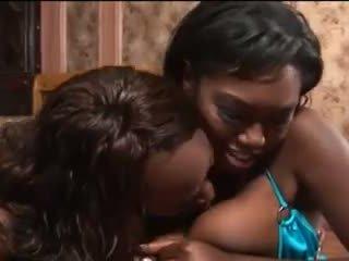 Ebony babes geven mooi pijpen video-