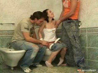 Tres algunos dentro la washroom