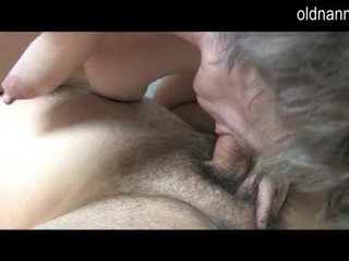 Mlada guy licking old poraščeni muca od babica video
