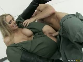 大 boobed julia ann 是 eagerly slamming 她的 clamburger 硬 上 一 stiff 陰莖