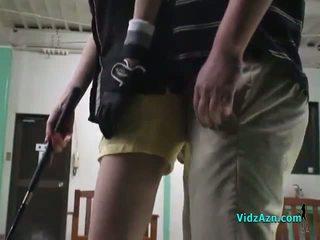 アジアの 女の子 giving フェラチオ 上の 彼女の knees のために 彼女の ゴルフ instructor