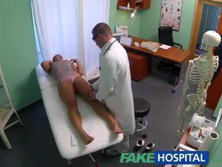 Fakehospital murdar milf sex addict gets inpulit de the medic în timp ce ei sot waits