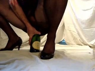 Champagne bottle ainsertion