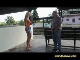Busty cô gái tóc vàng fucked lược gần các railway