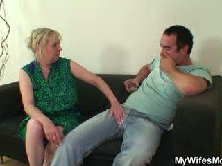 Fasz éhes mother-in-law seduces neki