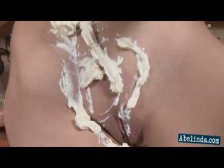 Sexy jong abelinda smothers haar tieten en twat in cream en frigs haar clit